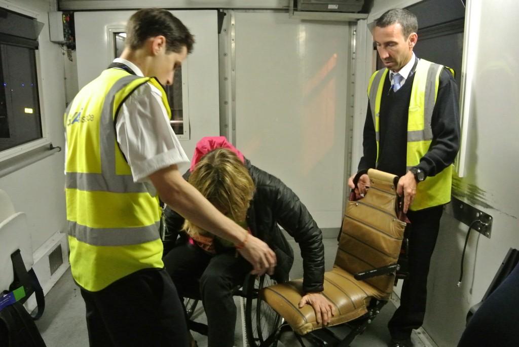 Un petit transfert sur le fauteuil..légèrement étroit qui passe entre les sièges de l'avion