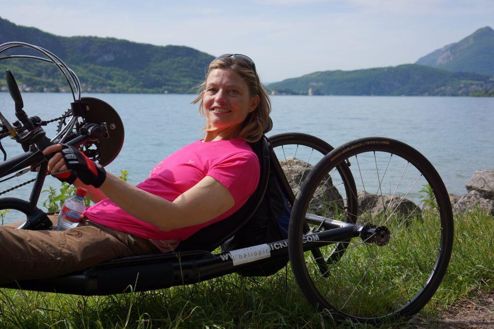 Ca, c'est le sourire avant d'aborder La côte de Talloire avec une vitesse de 2,5 km/h. Bravo à Dom qui n'est même pas tombé de son vélo en me suivant!!