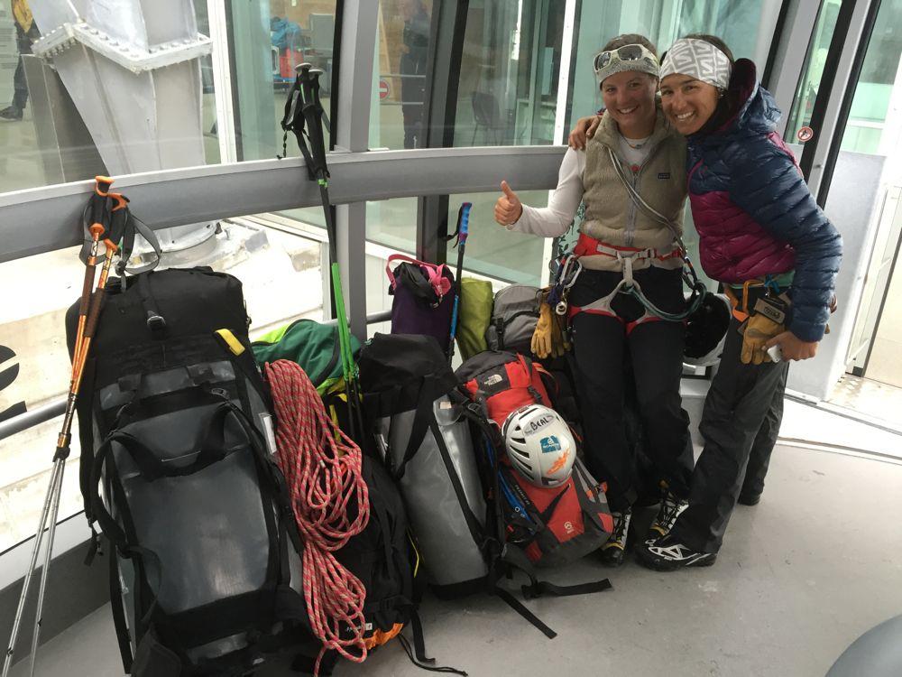 Liv et Juliette de bonne humeur malgré la tonne de sacs à acheminer! Photo: Maxime Magnani