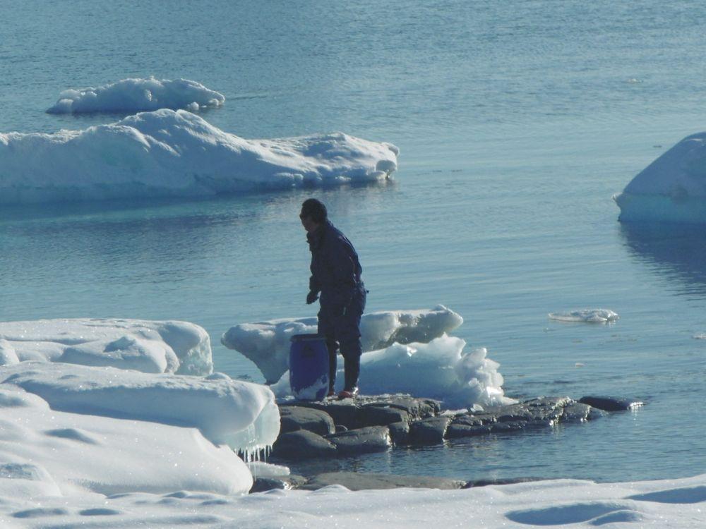 Pour se fournir de l'eau douce, les habitants casse la glace des icebergs pour la faire fondre dans